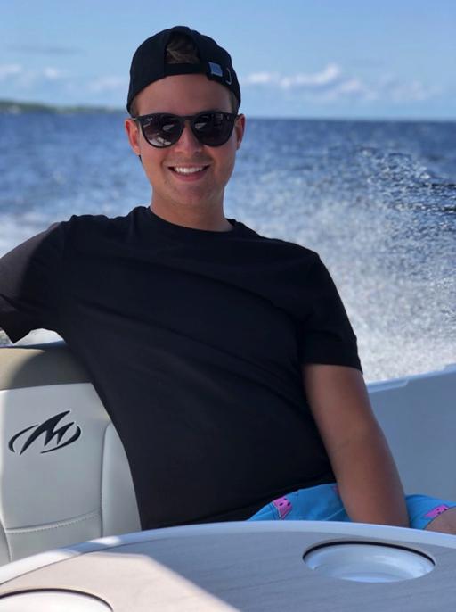 homme assis sur un bateau