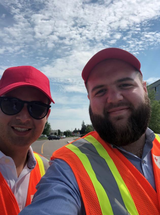 deux hommes prennent un selfie