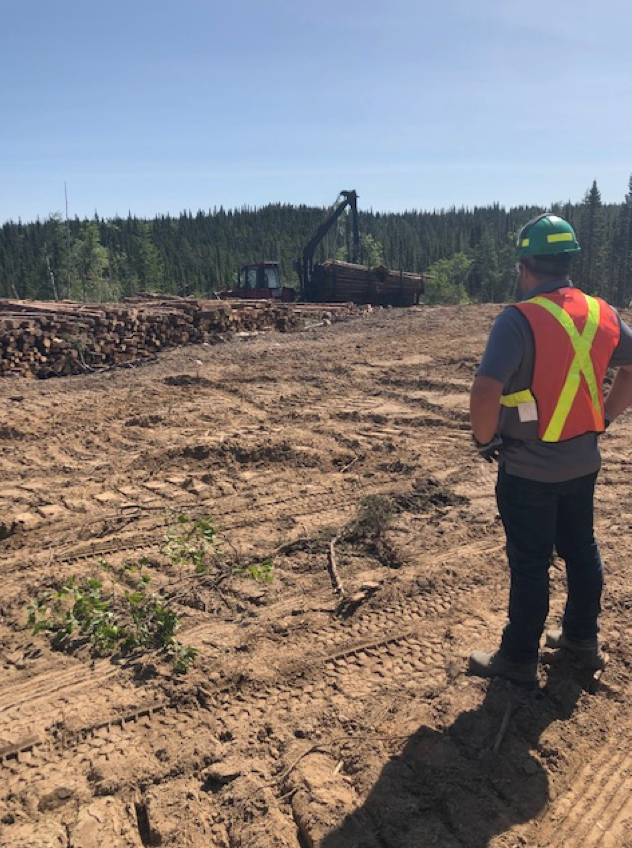 homme regardant la construction