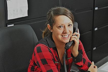 Caroline au téléphone, à son bureau.