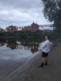 Pêcheur sur le bord d'une rivière.